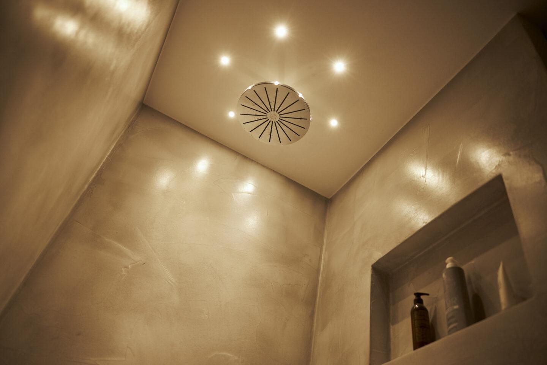 Spotlys i moderne og stilfuldt bad